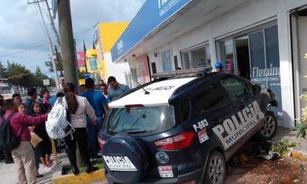 PATRULLA SE ESTRELLA CONTRA FARMACIA CUANDO PERSEGUÍA MOTOCICLISTA