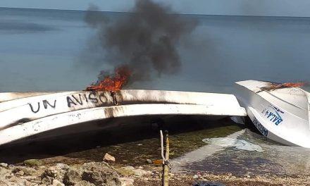Pescadores de Campeche prenden fuego a lanchas en protesta por depresión del pulpo