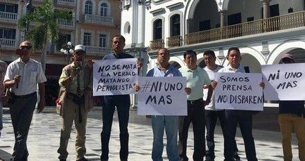 Periodistas de la ciudad de #Veracruz protestaron en el zócalo del puerto, por el asesinato del reportero #JorgeRuizVázquez