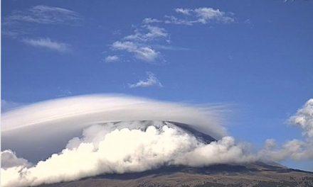Espectacular nube #lenticularis a esta hora sobre el nevado Volcán #Popocatépetl.