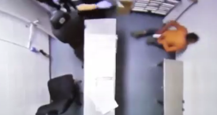 Brutal agresión de la policía de Miami en una comisaría.