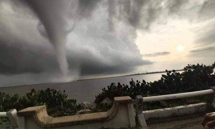 Tromba marina sorprende al Puerto de Coatzacoalcos, Veracruz