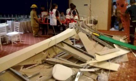 Colapsó parte de un plafón a media celebración; siete personas se reportaron de regulares a graves a causa del derrumbe.