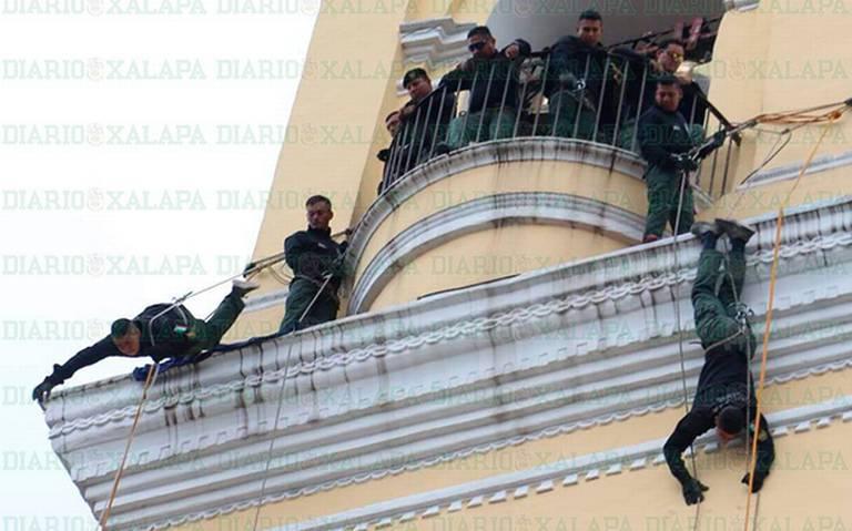 ¡Policías de la Fuerza Civil se lanzan de la torre de Catedral!