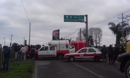 Taxistas rurales cierran carretera federal #Conejos-#FortínDeLasFlores a la altura de #Coscomatepec #Veracruz