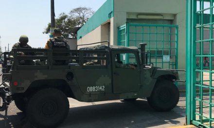 Militares resguardan el almacen del IMSS en Veracruz