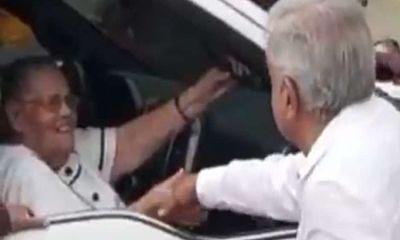 AMLO saluda de mano a mamá de «El Chapo» en Sinaloa