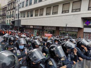 A unos metros del Eje Central, granaderos cerraron el paso a los integrantes del Frente Nacional Anti AMLO, quienes realizan una marcha