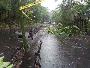 Luego de que se formar una grieta de aproximadamente 20 metros durante los días pasados sobre la carretera Misantla - Díaz Mirón, este día colapso la vía de comunicación presentando hundimiento de 80 centímetros de profundidad