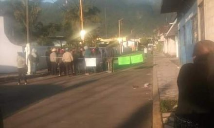 Bloquean acceso al municipio de Ixhuatlancillo.