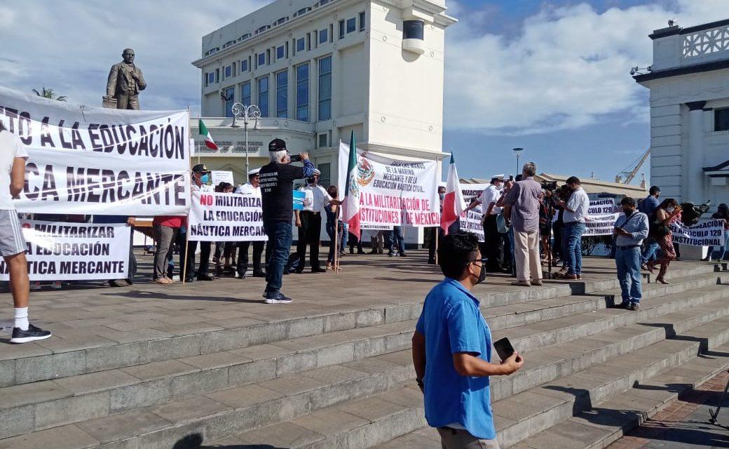 PROTESTA PACÍFICA DE MARINOS MERCANTES POR MILITARIZACIÓN DE LOS PUERTOS (FOTOS)