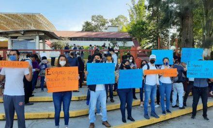 Grupo de jovenes se manifiesta en las instalaciones de la SEV