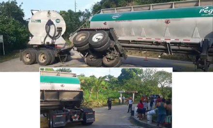 Un tractocamión que transporta maíz se volcó en la carretera Nanchital a Las Choapas, a la altura del municipio de Moloacán.